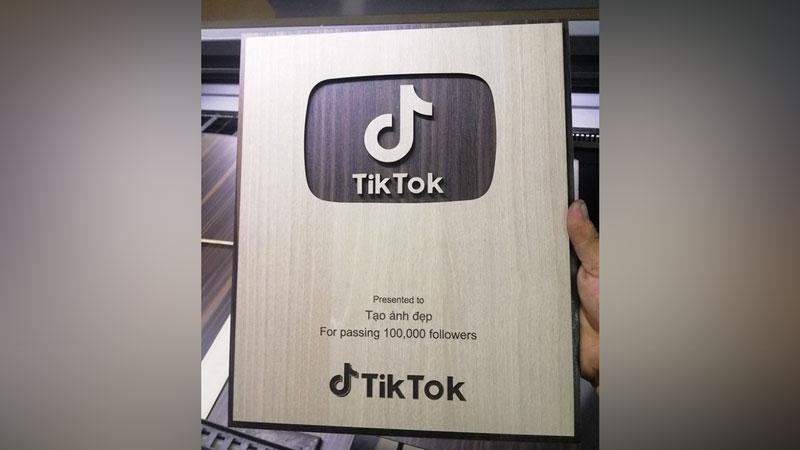 Chế ảnh nút gỗ Tiktok 100.000 followers theo tên của bạn