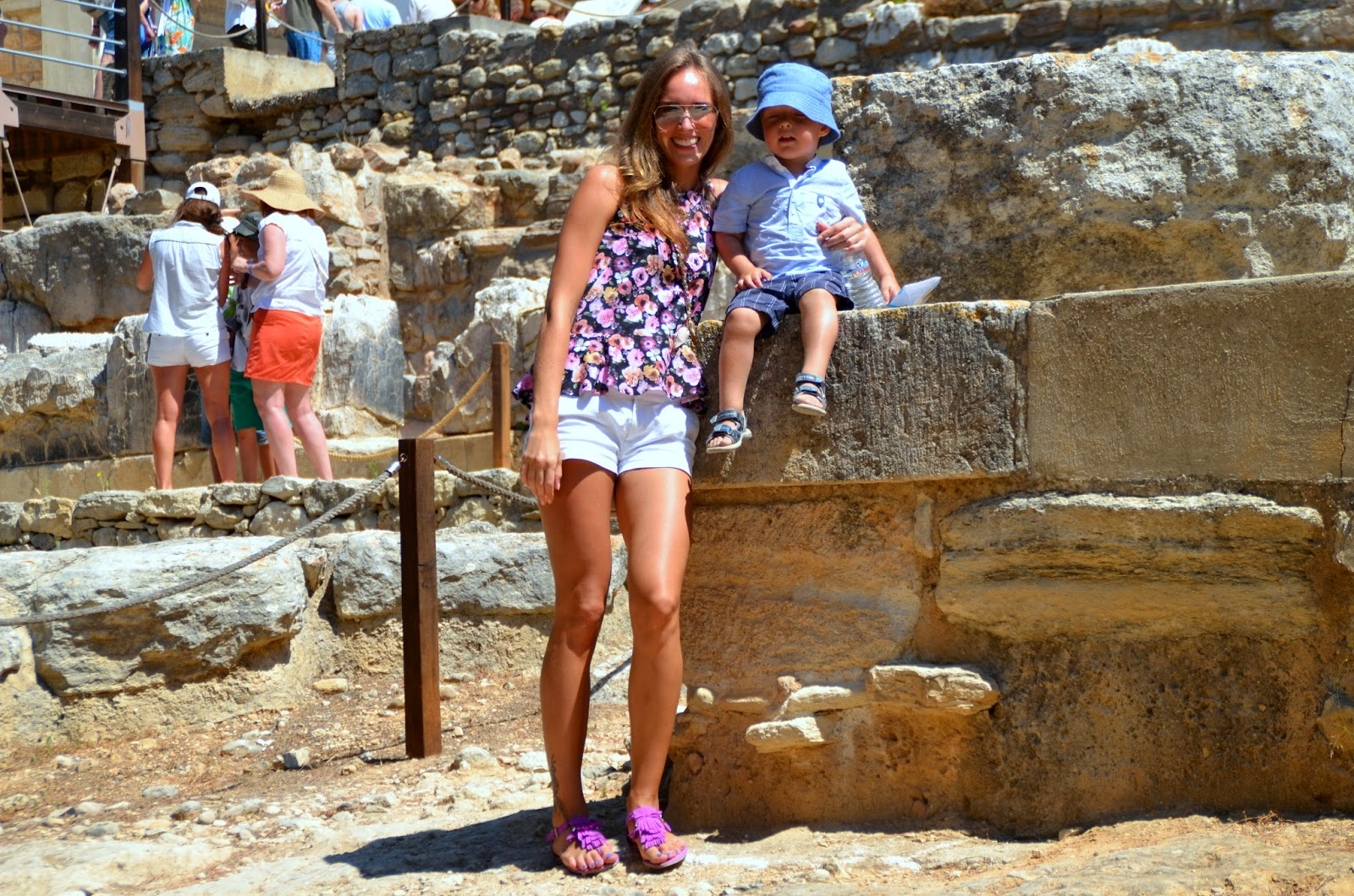 floral top white shorts knossos palace