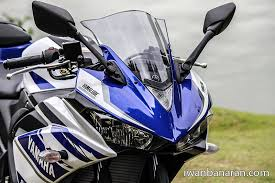 Modifikasi Yamaha R25 warna hitam