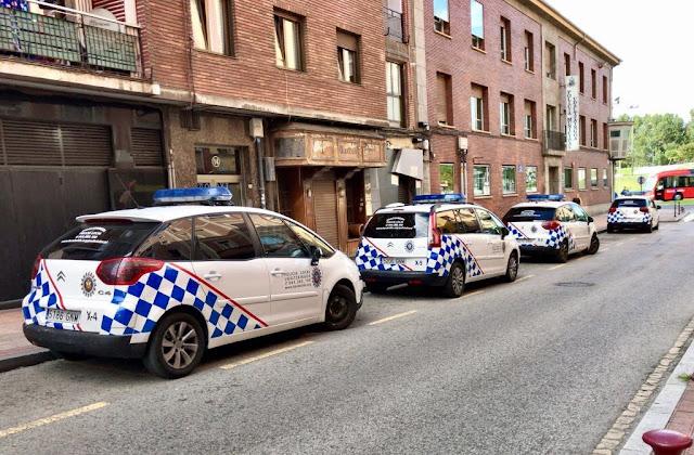 Vehículos de la Policía Municipal ante la comisaría de Barakaldo
