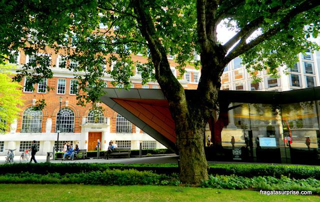 Londres: um edifício georgiano e as linhas modernas do City of London Information Centre, no Jardim de Carter Lane