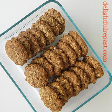 Banana Nut Cookies - Banana Nut Oatmeal Cookies / www.delightfulrepast.com