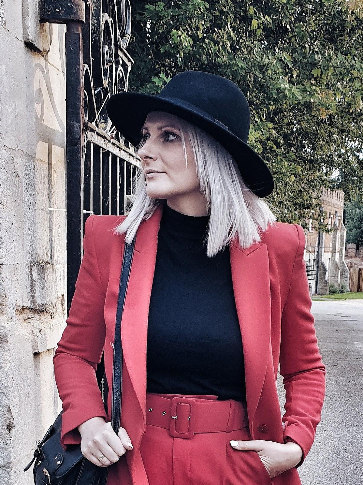 Red suit & biker boots czyli garnitur i trapery jako duet idealny