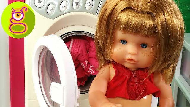 La bebé nenuco Pompitas usa su lavadora de juguete y merienda chocolate - Capítulo #14