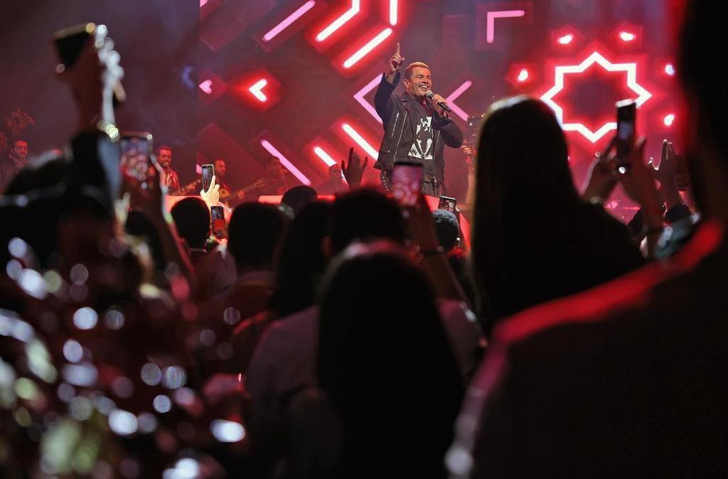 الهضبة عمرو دياب يشعل الشيخ زايد بأشهر أغانيه