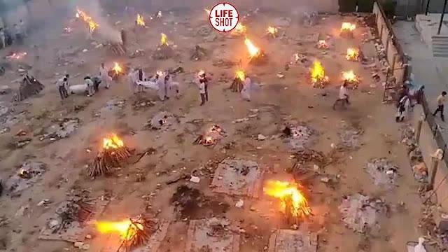 """""""Происходящее напоминает войну"""": В Индии вновь рекорд по ковиду, тела умерших сжигают прямо на улицах"""