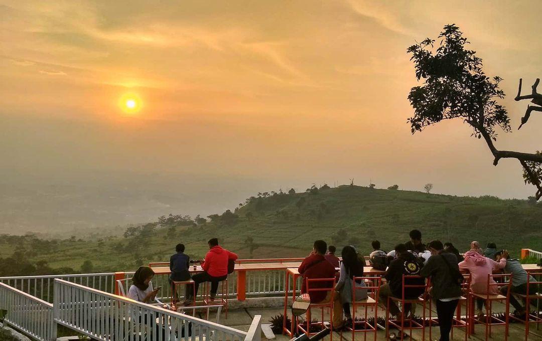 Menikmati sunset cafe instagramable puncak bogor De'Kendor Hambalang