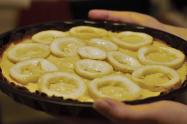 Cut the guavas into round slices