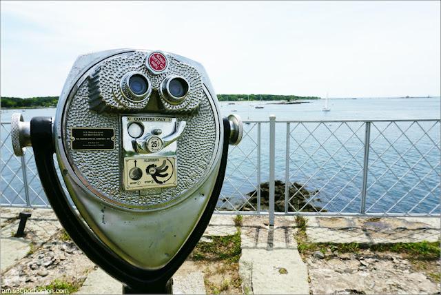 Prismáticos de Monedas en el Fuerte McClary, Maine