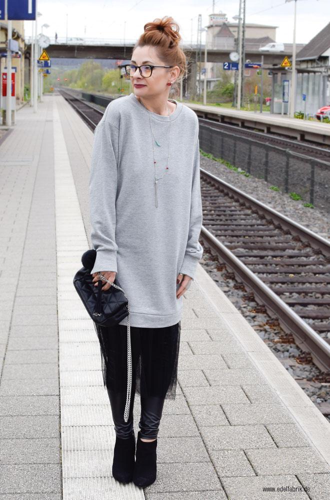 Oversized sweatshirt in Grau mit Tüll in schwarz