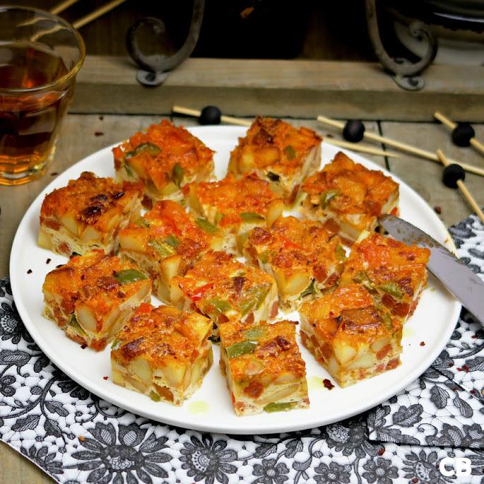 Spaanse tortilla de patatas met chorizo en twee kleuren paprika