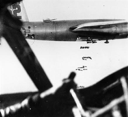 Bombardamento in corso visto dalla cabina di pilotaggio b-26