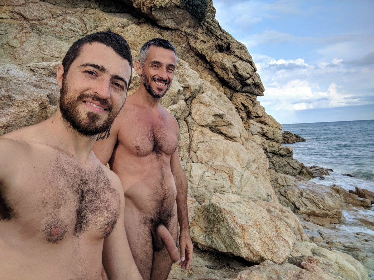hombres en playa desnudista