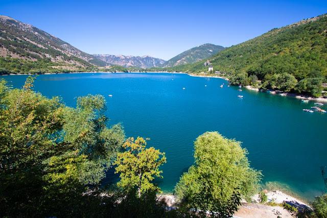 Lago di Scanno a forma di cuore-Primi punti panoramici salendo sul sentiero del cuore