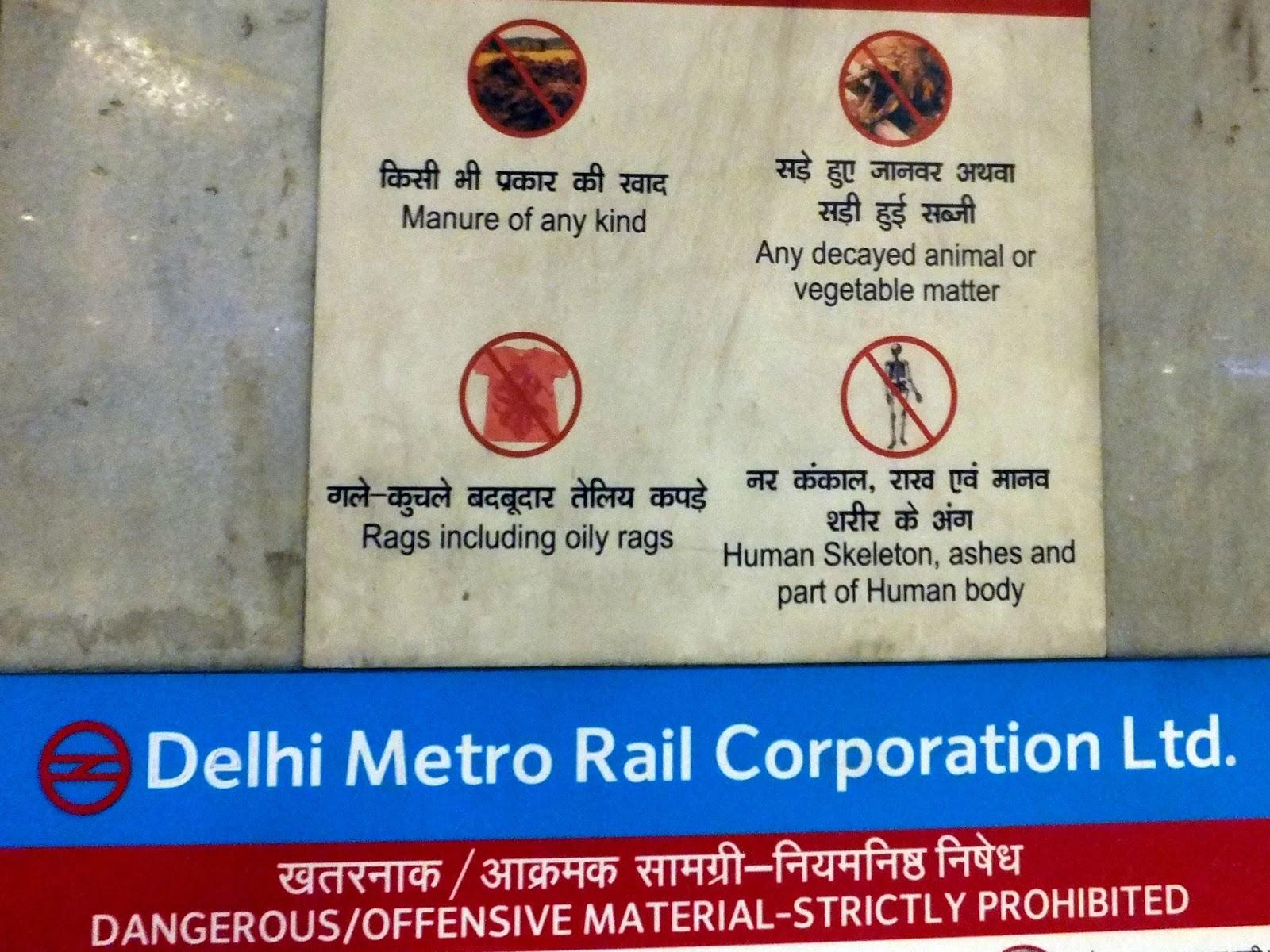 плакат в метро Дели показывающий вещи которые запрещено проносить