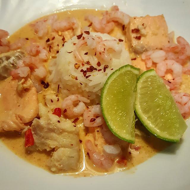 Thailändsk fiskgryta med räkor och kokosmjölk