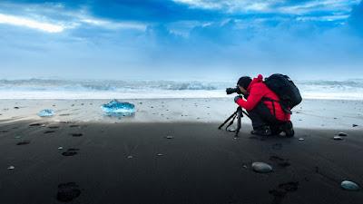 Fotografo usando trípode. Estas bases son parte de nuestros Consejos de Fotografía