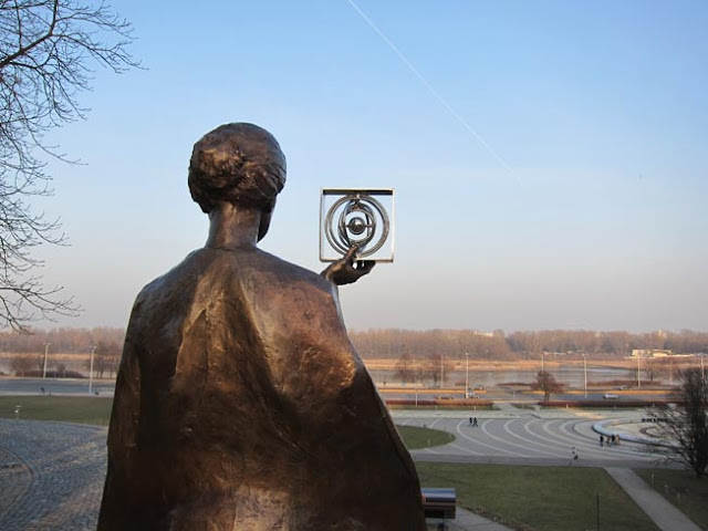 sculpture marie curie varsovie