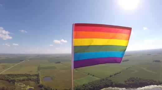 ONG Americana lança bandeira LGBT ao espaço