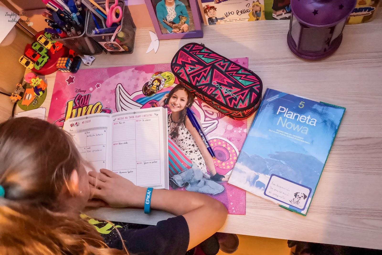 Jak zorganizować dziecku czas? Szkolnik Superdziewczyny