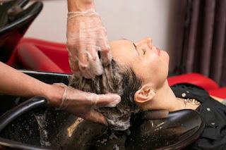 lavar cabelo com água fria
