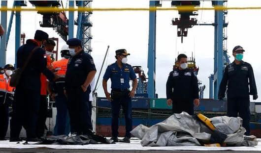 EQUIPAS DE RESGATE ENCONTRAM PARTES DE CORPOS E DESTROÇOS APÓS QUEDA DE AVIÃO NA INDONÉSIA