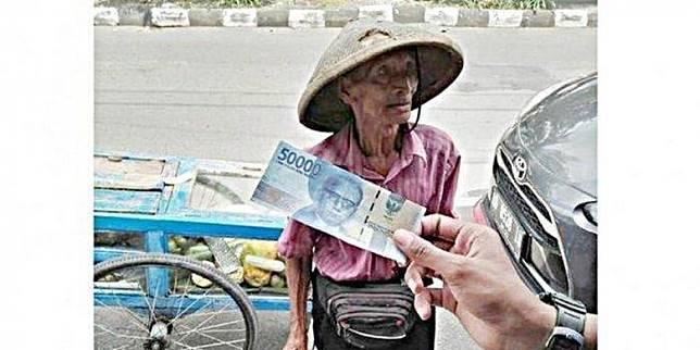 Tak Sadar Diberi Uang Palsu, Kakek Penjual Rujak Ini Sempat Bolak Balik Antar Pesanan Pelaku