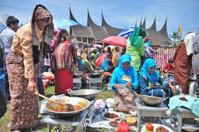 Festival memasak rendang di Padang