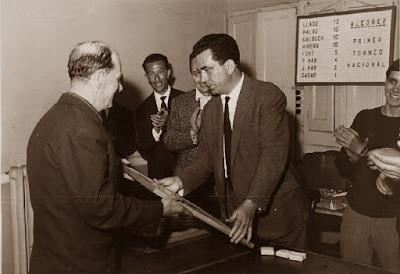 Joaquim Font Montserrat recibiendo su premio en el I Torneo Nacional de Ajedrez de Granollers 1964