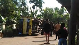 Kondisi Jalan Rusak Parah, Truk Pengangkut Sawit Terguling di Desa Tunas Baru