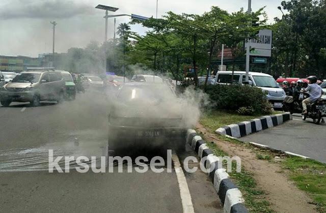 Jalan Merdeka Heboh Ada Mobil Terbakar