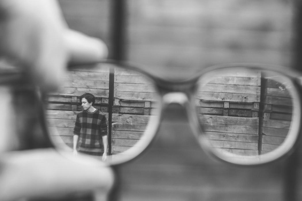 wizerunek chłopaka w odbiciu okularów