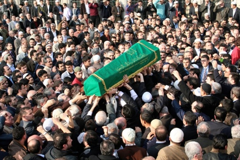 Cenazeyi görenin saygı duruşuna kalkması