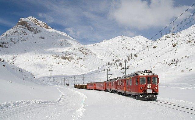kereta api ditempat bersalju