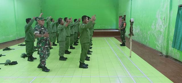 Tingkatkan Disiplin Linmas, Babinsa Tulung Berikan Pelatihan PBB