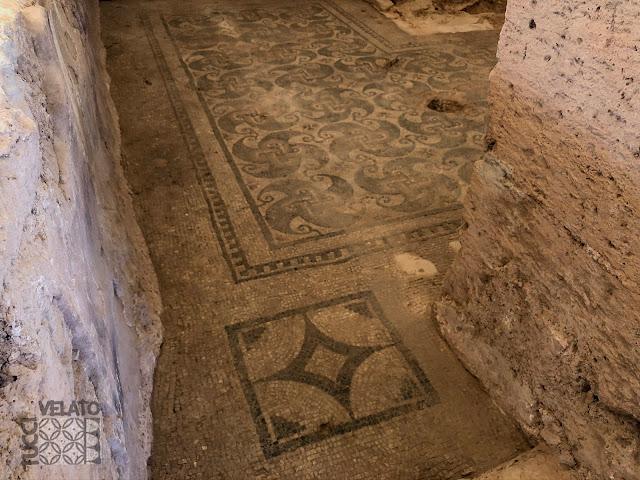 Habitación 4 de la villa romana de El Ruedo con mosaico decorativo policromo