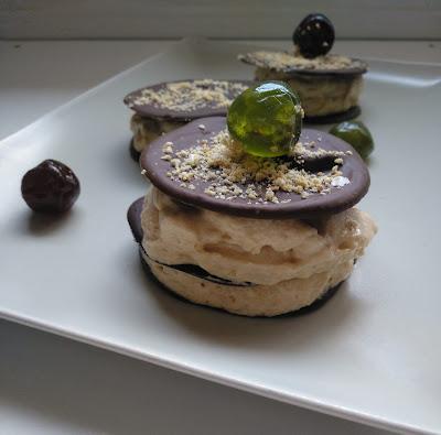 Milhojas de Mousse de turron de Xixona y chocolate.