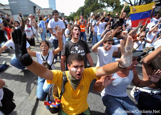 Manifestantes venezolanos oran en la calle
