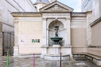 Paris : Fontaine Charlemagne dite fontaine à l'enfant portant une coquille, la belle endormie du XIXème siècle - IVème