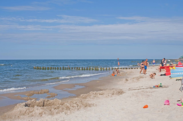 plaża w Dziwnowie, widok na nabrzeże