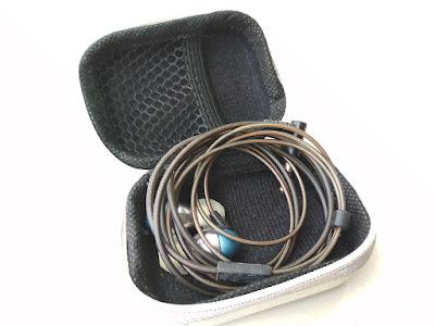 menyimpan headset yang benar
