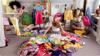Imagem ilustrativa de uma mulher a arrumar o seu closet