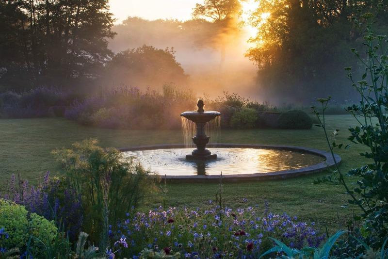 Atardecer en el jard n azul de narborough hall gardens for Jardin azul canal 9