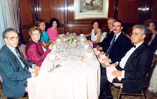 Luis López, primero por la derecha, junto al alcalde, el secretario y el practicante, con sus respectivas esposas