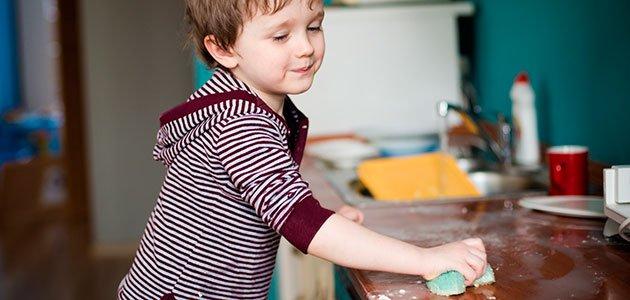 La ciencia lo confirma: Los niños pequeños quieren ayudar en casa, y debemos dejarles