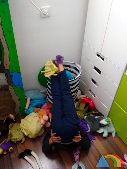 Encestando muñecos con los pies