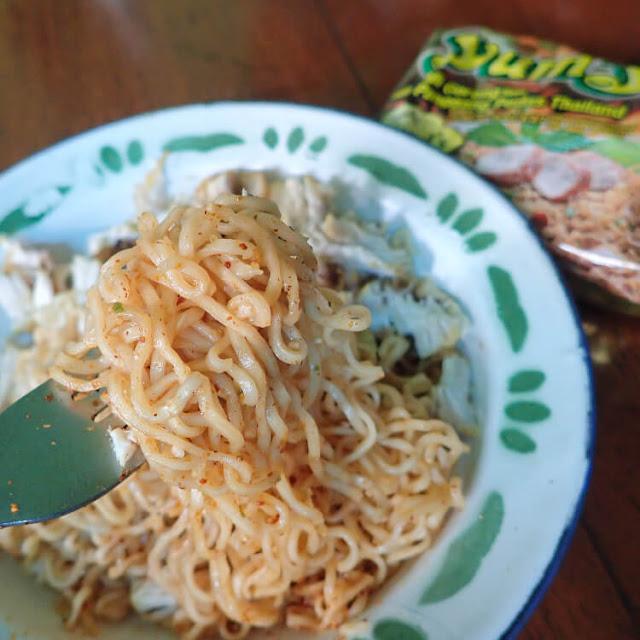 mi goreng instan yumyum rasa ayam panggang pedas khas thailand