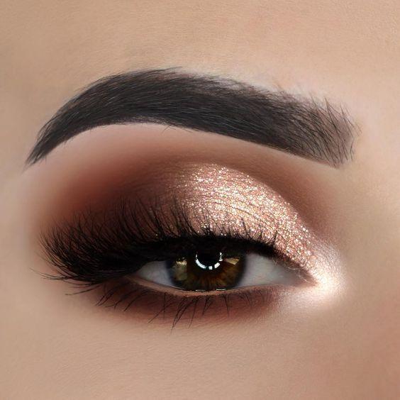 É sempre incrível como uma boa maquiagem pode valorizar o nosso rosto e olhar. Saber usar de forma certa a maquiagem faz toda a diferença e a maquiagem com brilho é uma forma de destacar ainda mais a sua beleza. Para fazer esse tipo de maquiagem mais ousada, você vai precisar de alguns produtos que tenham glitter ou você pode adaptar com os produtos que tem, usando sombra como iluminador por exemplo. A sombra no olho geralmente tem mais brilho, então use sombras mais brilhosas, as cintilantes contém mais brilho e para ajudar a fixar, use um corretivo antes de aplicar a sombra, assim a duração é prolongada.