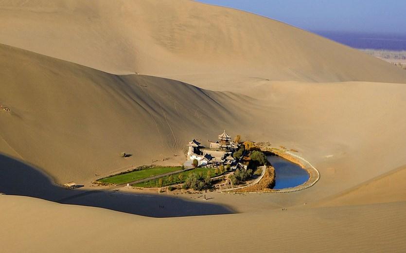 Siapa yang membuat dananu unik Pesona Wisata Danau Di Tengah Gurun Pasir Crescent Lake - Oasis