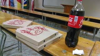 Duas pizzas e uma coca-cola de dois litros